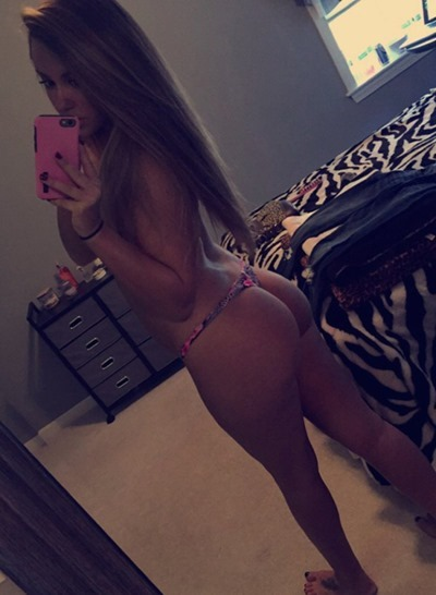 Girls doing selfies in clothes (photos)